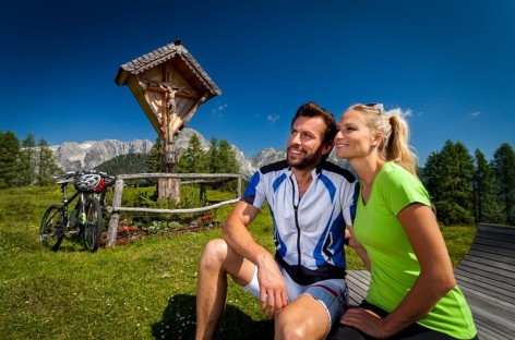 Mountain bikers at a scenic lookout point by the Karalm in Salzburger Land
